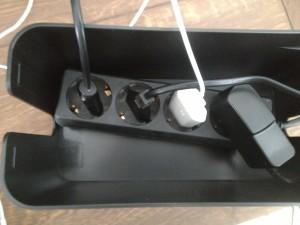 De stekkerdoos en kabels worden in de CableBox geplaatst.
