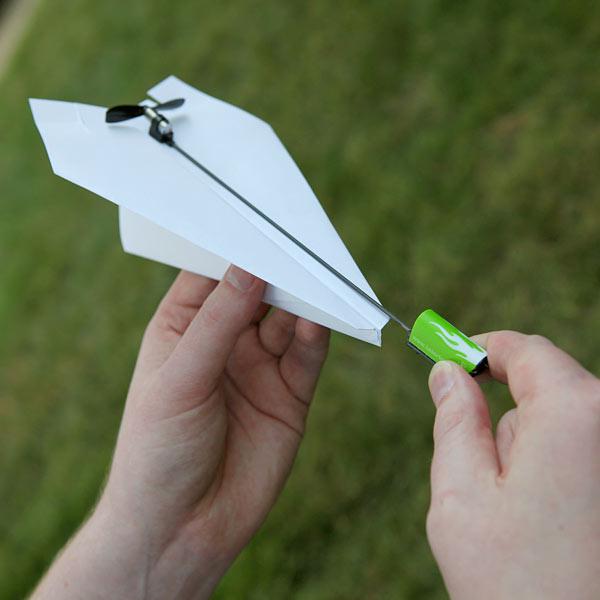 papieren-vliegtuigje-met-electro-propellor